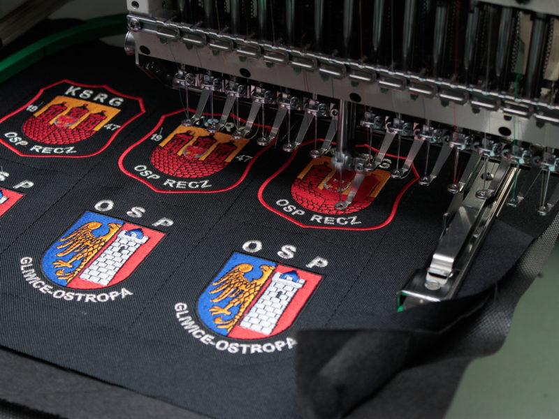 Indywidualne naszywki strażackie w trakcie produkcji