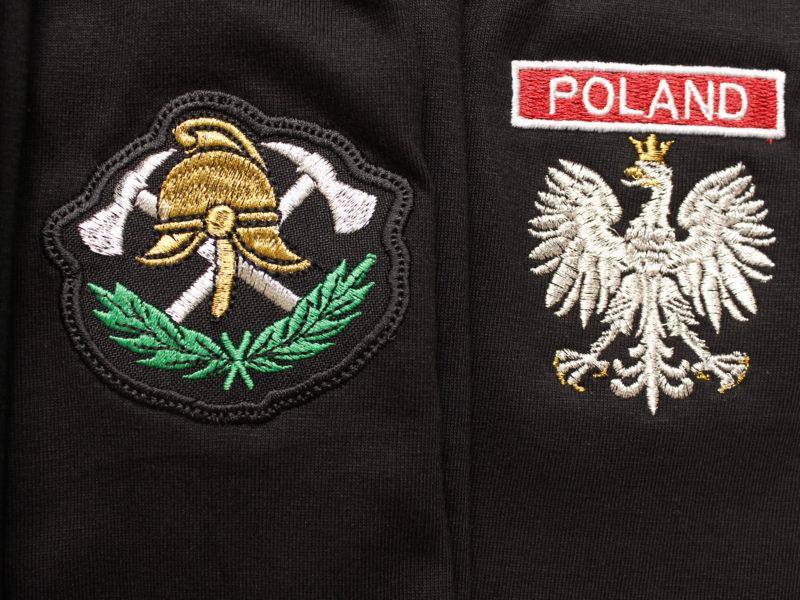 Sklep strażacki Koszulki Polo i koszulki T-shirt, haftowane z napisem straż na plecach.